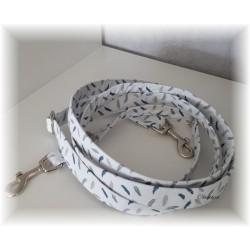 Hundeleine weiß mit blauen Federn